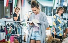 In Büchern schmökern kann man gut am Flohmarkt. (Bild: Andrea Stalder)