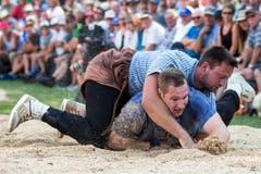 Der Schlussgang mit gestelltem Resultat: Kilian Wenger (oben) bei einem der wenigen Versuche, Joel Wicki zu bodigen. (Bild: Alexandra Wey/Keystone, 29. Juli 2018)