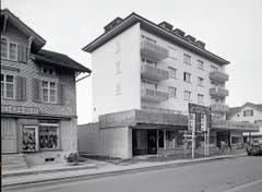 Fertigstellung des Hotels Schweizerhof im März 1959, links Teil des damaligen Schuhhauses Bucher, vorher Velohandlung Schertenleib.