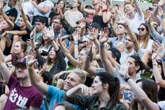 Das Publikum ist mitgerissen vom Auftritt von Akil The MC. (Bild:André A.Niederberger (Sarnen, 28.Juli 2018))