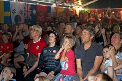 Fans verfolgen das Public-Viewing bei der Jlge. (Bild: Corinne Glanzmann (Stans, 3. Juli 2018))