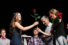 Für alle Absolventen gab es nebst dem Zeugnis auch eine Rose.