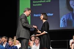 UKB-CEO Christoph Bugnon überreicht Patrizia Schilter den Berufsmaturapreis.