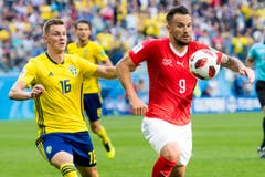 Haris Seferovic (rechts) vor Emil Krafth am Ball (Bild: Laurent Gilliéron / Keystone)
