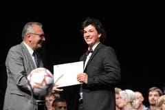 René Röthlisberger, Präsident Wirtschaft Uri, überreichte Elektroinstallateur Luc Danioth den Urner Lehrlingspreis für die Traumnote 5,8.