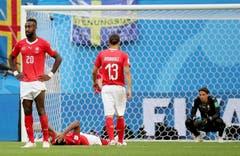 Enttäuschung nach dem Match bei den Schweizer Spielern. (Bild: Georgi Licovski / EPA)