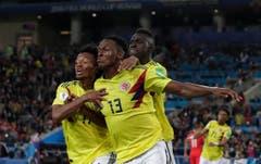 Ausgleich in der Nachspielzeit: Kolumbiens Yerry Mina (vorne) jubelt mit seinen Teamkollegen (Bidl: Ricardo Mazalan / AP)