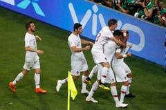 Die portugiesischen Spieler feiern das Tor von Pepe (rechts) im Achtelfinal gegen Uruguay. (Bild: AP Photo/Darko Vojinovic, Sotchi, 30. Juni 2018)