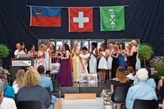 Die Coiffeusen wurden an ihrer Diplomfeier mit verschiedenen Produkten beschenkt. (Bild: Bilder: Alexandra Gächter)