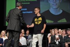 UKB-CEO Christoph Bugnon überreicht Andreas Zimmermann den Berufsmaturapreis.