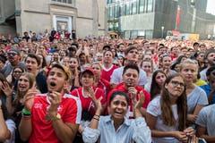Hunderte Fans litten mit der Schweizer Nationalmannschaft beim Public Viewing beim Hotel Schweizerhof. (Bild: Eveline Beerkircher (Luzern, 3. Juli 2018)
