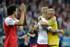 Dänemarks Goalie Kasper Schmeichel (rechts) umarmt Teamkollege Simon Kjaer nach dem WM-Aus im Achtelfinal gegen Kroatien. (Bild: AP Photo/Gregorio Borgia, Nizhny Novgorod, 1. Juli 2018)