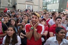 Schweizer Fussballfans schauen gespannt das WM Spiel Schweiz gegen Schweden beim Public Viewing beim Schweizerhof in Luzern.(Freie Fotografin/Eveline Beerkircher)