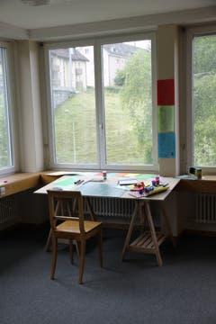 Spiel mit drinnen und draussen: der Atelierplatz. (Bild: Reto Voneschen - 18. Juni 2016)