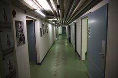Korridor mit Leitungen im Keller der Liegenschaft Haggenstrasse 45. (Bild: Reto Voneschen - 18. Juni 2016)