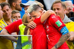 Lara Gut umarmt nach dem Match ihren Valon Behrami. (Bild: Laurent Gilliéron / Keystone)