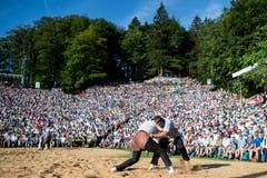 Philipp Gloggner und Matthias Aeschbacher, von links, waehrend dem ersten Gang beim 125 traditionellen Bruenigschwinget am Sonntag, 29. Juli 2018, auf dem Bruenig. (KEYSTONE/Alexandra Wey)