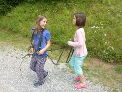 Die Zügelhaltung soll gelernt sein. Das wissen auch Livia und Anais im Reitferiencamp mit Maultieren. (Lagerbild: Neeltje van den Ham Bölsterli, Chanzelberg 28. Juli 2018)