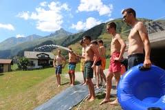 Die Leiter der Jubla Hasle sorgen für genügend Wasser auf der Rutsche. (Lagerbild: Luisa Böbner, Sedrun 29. Juli 2018)