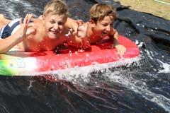Silvan (links) und Gian von der Jubla Hasle auf der Wasserrutsche. (Lagerbild: Luisa Böbner, Sedrun 29. Juli 2018)