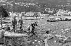 Soldaten befreien nach den starken Unwettern das Seeufer in Locarno vom Schwemmholz (Bild: Karl Mathis / Keystone, 9. August 1978).