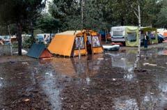 Überschwemmte Zelte auf dem Zeltplatz in Locarno. (Bild: Karl Mathis / Keystone, 9. August 1978)