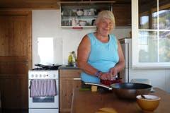 Babette Bühler bereitet den Zmittag vor.