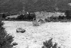 Im Maggiatal führte die Maggia Hochwasser und schwemmte grosse Teile der Bogenbrücke bei der Ortschaft Aurigeno weg. (Bild: Karl Mathis / Keystone, 9. August 1978)