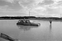 Bei Horgenbach in der Nähe von Frauenfeld treibt ein Auto in den Wassermassen (Bild: Keystone, 9. August 1978).
