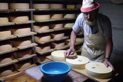 Willi Bühler pflegt die Käse.