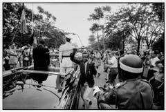 Ein Kongolese entreisst König Baudouin von Belgien den Degen, Leopoldville 1960. (Bild: Archiv Robert Lebeck)