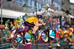 Windrad vom Monatsmarkt in Luzern. Je mehr Wind, desto schneller fährt der Velofahrer. (Bild: Jörg Meier)
