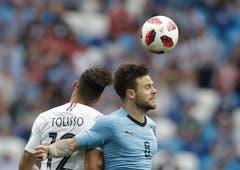 Frankreichs Corentin Tolisso (links) und Uruguays Nahitan Nandez im Kopfball-Duell-(AP Photo/Petr David Josek, Nizhny Novgorod, 6. Juli 2018)