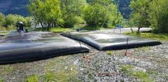 Die gefüllten Entwässerungsschläuche liegen noch immer zum Trocknen am Ufer des Sees.
