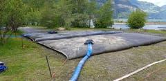 Im Urnersee bei Seedorf wurde mit einem speziellen Verfahren eine beliebte Badebucht gereinigt. 200 Kubikmeter Schlamm wurden entfernt, sehr viele Schuhe und Flip-Flops aus dem Wasser gefischt.
