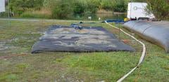 Mit dem feinen Schlamm aus dem See wurden sieben Entwässerungsschläuche gefüllt. Diese haben ein Volumen von je dreissig Kubikmetern.