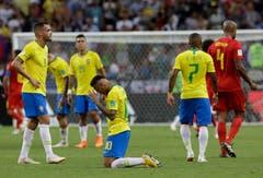 Brasiliens Neymar (Mitte) sinkt nach dem WM-Aus auf die Knie. (AP Photo/Andre Penner, Kazan, 6. Juli 2018)