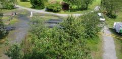 Die Entwässerungsschläuche trocknen an der Sonne am Ufer des Urnersees.