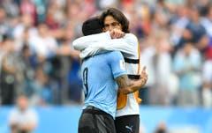 Uruguays Edinson Cavani (rechts) umarmt Teamkollege Luis Suarez nach dem Abpfiff. (AP Photo/Martin Meissner, Nizhny Novgorod, 6. Juli 2018)