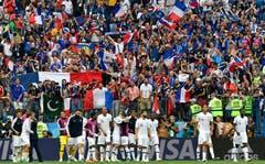 Das Nationalteam vom Frankreich lässt sich von den Fans nach dem Abpfiff feiern. (AP Photo/Martin Meissner, Nizhny Novgorod, 6. Juli 2018)