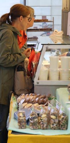 Anstehen für Gebäck und Milchprodukte vor dem Stand der Hofchäsi aus Eggerstanden.