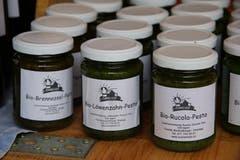 Pesto kann man nicht nur aus Basilikum herstellen: Brennessel-, Löwenzahn- und Rucola-Pesto vom Sunnehof bei Oberegg.