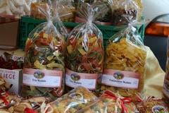 Nicht nur Gemüse und Obst: Auf dem Bauernmarkt gibt's eine grosse Palette von Selbergemachtem vom Bauernhof und aus der Bauernküche. Wie diese Nudeln am Stand der Familie Eigenmann aus Berg SG.