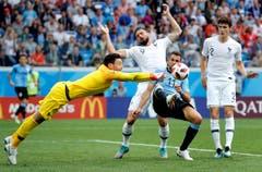 Der französische Torhüter Hugo Lloris und Uruguays Cristhian Stuani (blaues Trikot) kämpfem um den Ball. (AP Photo/David Vincent, Nizhny Novgorod, 6. Juli 2018)