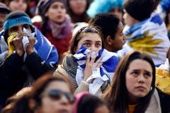 Die Fans von Uruguay verfolgen das Spiel beim Public Viewing in der Landeshauptstadt. (AP Photo/Matilde Campodonico, Montevideo, 6. Juli 2018)