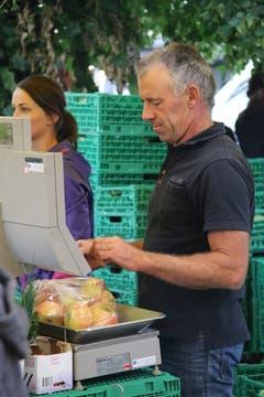 Der Chef selber an der Waage: Ivo Sager, innovativer Obst-, Gemüse-, Milch- und Beerenbauer aus Lömmenschwil