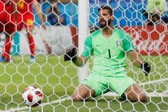 Der brasilianische Torhüter Alisson nachdem Teamkollege Fernandinho ein Eigengoal geschossen hat. (AP Photo/Frank Augstein, Kazan, 6. Juli 2018)