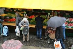 Der St.Galler Bauernmarkt zieht Freitag für Freitag Hunderte Städterinnen und Städter an. (Bilder: Reto Voneschen)