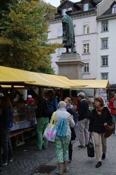 Stände des Bauernmarkts zu Füssen des Vadian-Denkmals.