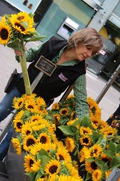 Die Blumenfrau des Bauernmarkts: Anita Troxler vom Schlossguet in Untereggen sortiert Sonnenblumen.